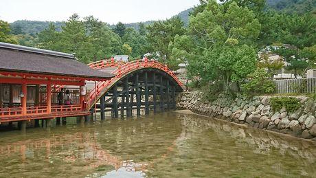 厳島神社 反橋(そりばし)