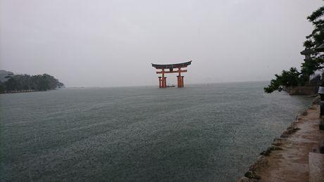 厳島神社 満潮の大鳥居