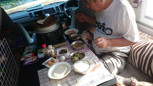 キャンピングカーでの食事風景