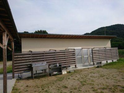 荘内半島オートキャンプ場 シャワー室とトイレ棟