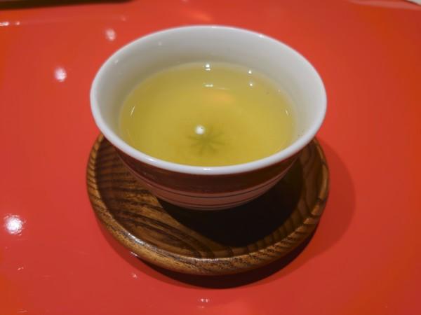 天一 神戸店 カウンター席 お煎茶