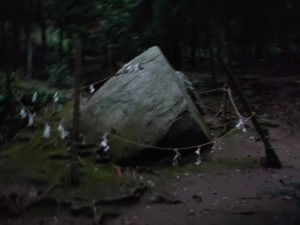 岩戸をふさいでいた岩