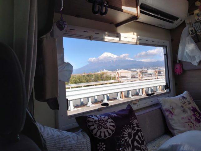 走行中のキャンピングカーの窓からの富士山